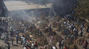 印度疫情失控致医疗系统崩溃 民众自搭柴火烧尸体