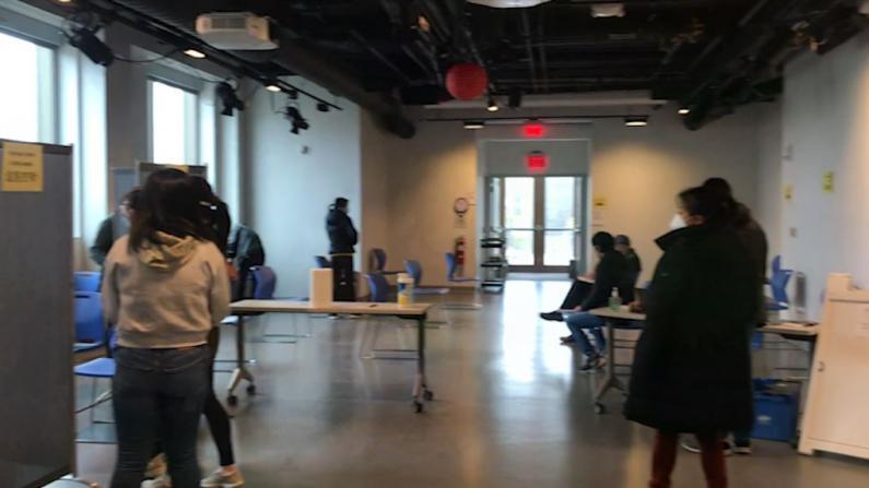 波士顿华人接种新冠疫苗热情高 华埠老字号药房助居民在家门口接种
