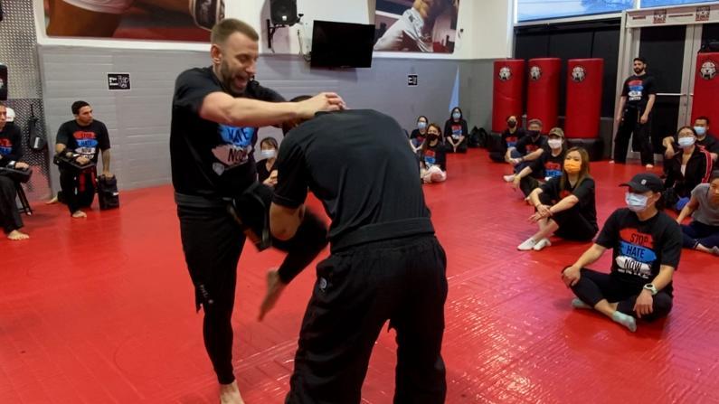 学起来!针对亚裔暴力频发 纽约市警请武术教练传授实用防身术