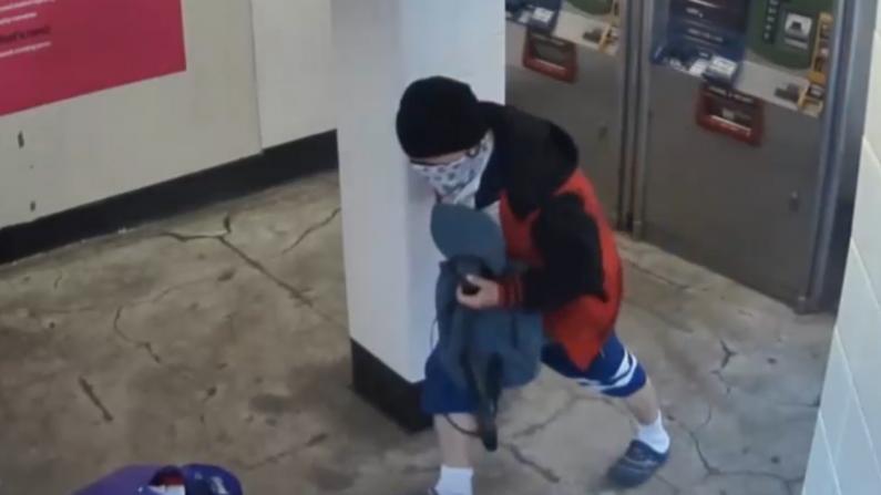 纽约市地铁站再爆劫案!蒙面男子光天化日打人抢包