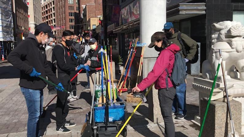 """""""告诉华埠,我们在这里""""波士顿志愿者清洁街道助社区"""
