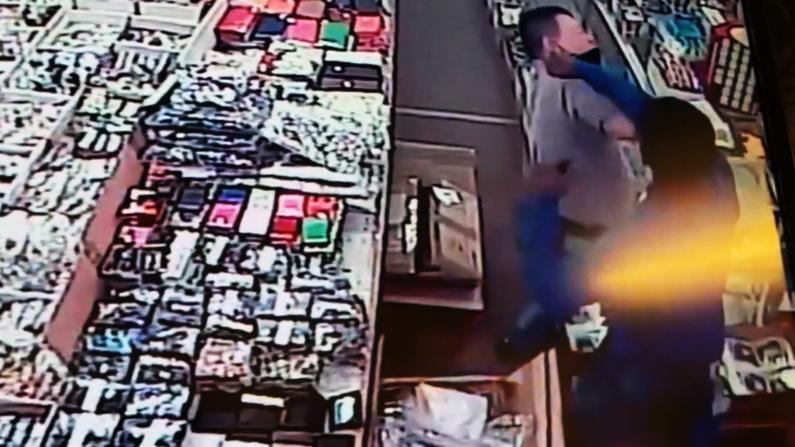 拆包看货不成竟殴打华裔店主 监控记录DC男女犯罪全程