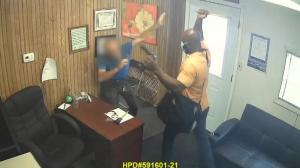 得州彪形大汉殴打车行老板抢劫 受害者:我几乎昏过去