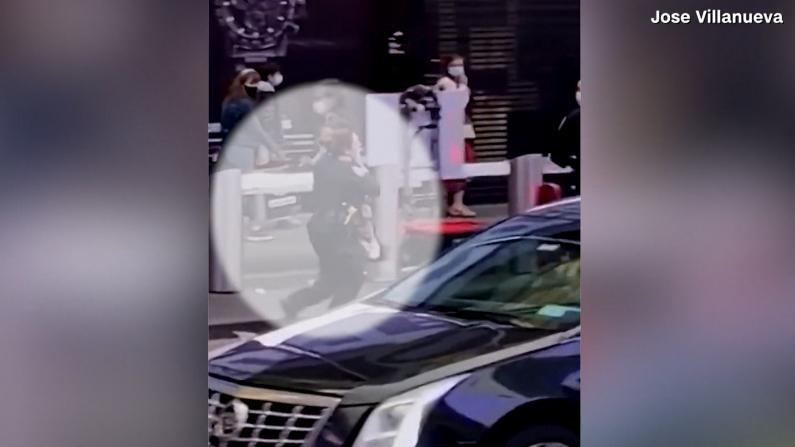 【现场】纽约时报广场枪响后民众四散 警员抱起中枪女孩冲向救护车