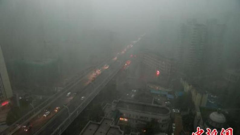 暴雨突袭武汉 白昼如黑夜