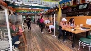 """拿失业金比薪水还多,没人愿工作 """"招工难""""困扰加州餐饮业"""