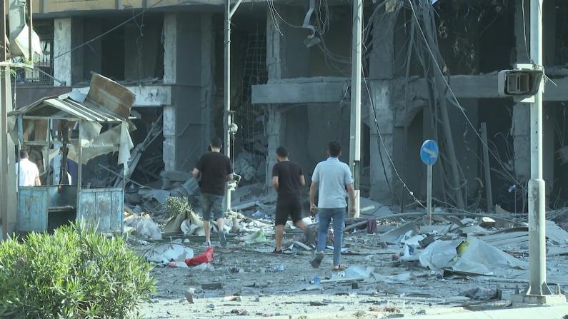 巴以火箭弹、空袭你来我往 加沙住宅楼浓烟滚滚碎片散落