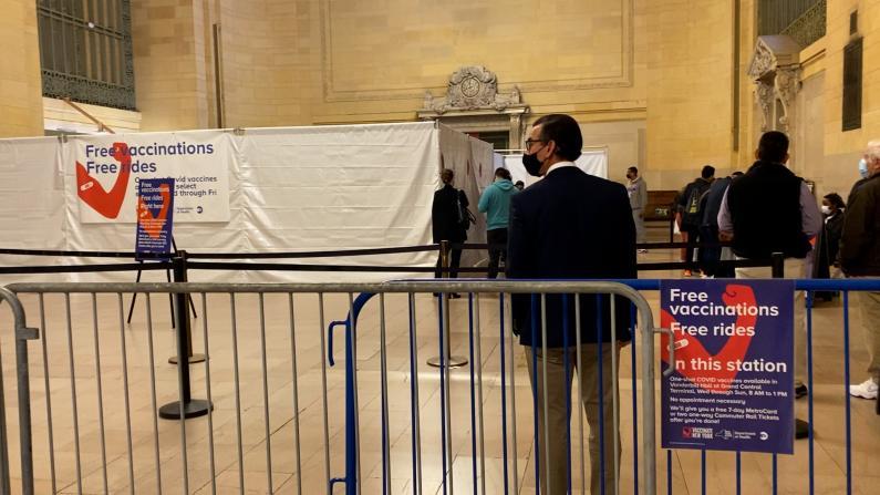 """乘地铁""""顺便""""打疫苗 还赠免费车票 纽约地铁站临时疫苗点受欢迎"""