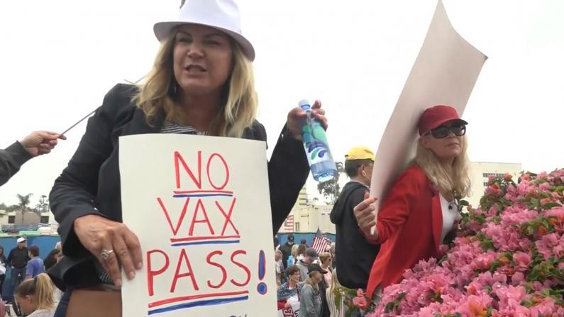 """反对""""疫苗护照"""" 南加近千民众抗议"""