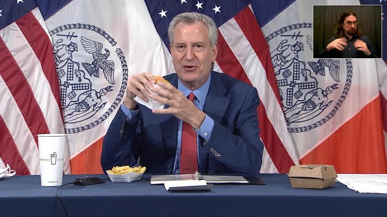"""纽约市长记者会直播变""""吃播"""" 只为告诉市民这件事…"""
