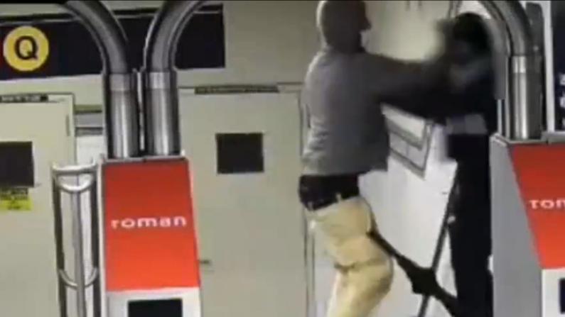 【监控】纽约布鲁克林闹市地铁站 嫌犯一言不发挥拳便打