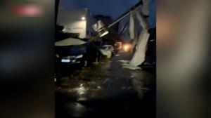 苏州武汉遭罕见龙卷风袭击 屋顶被掀翻 百余人死伤