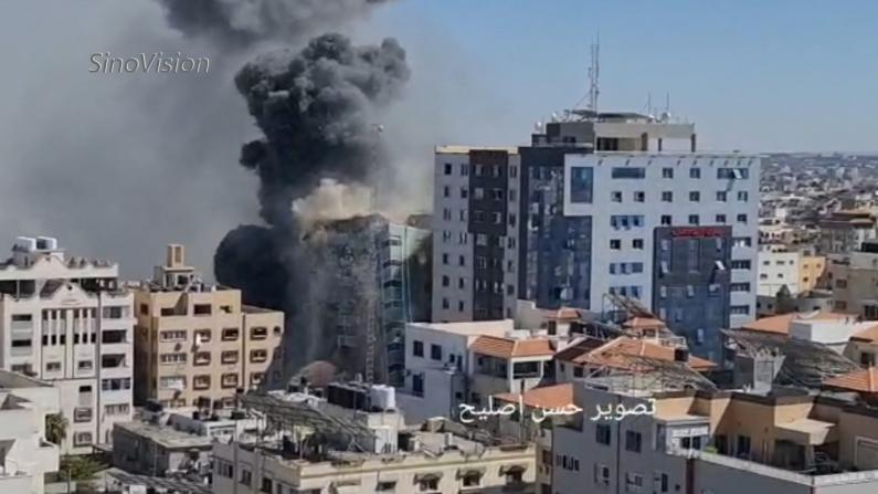 以色列再空袭加沙 媒体聚集办公室大楼瞬间化为碎片