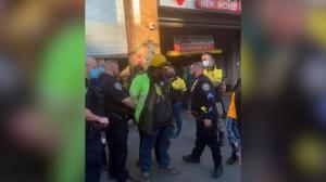 """男子假扮政府人员 纽约法拉盛收摊贩""""保护费"""" 社区巡逻队助力警方逮捕"""