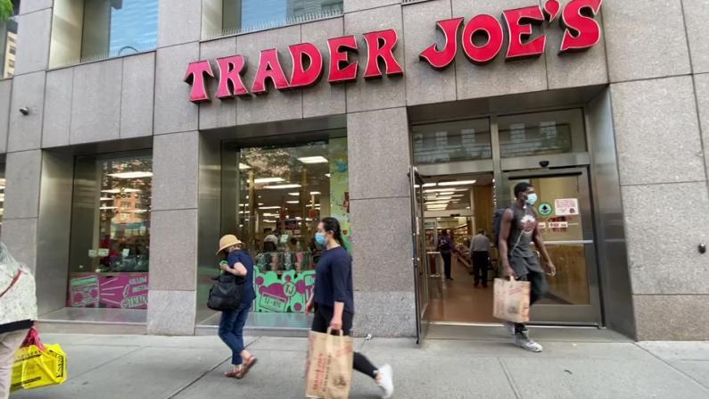 """纽约口罩令""""松绑"""" 大超市立即放松要求 顾客反应不一"""