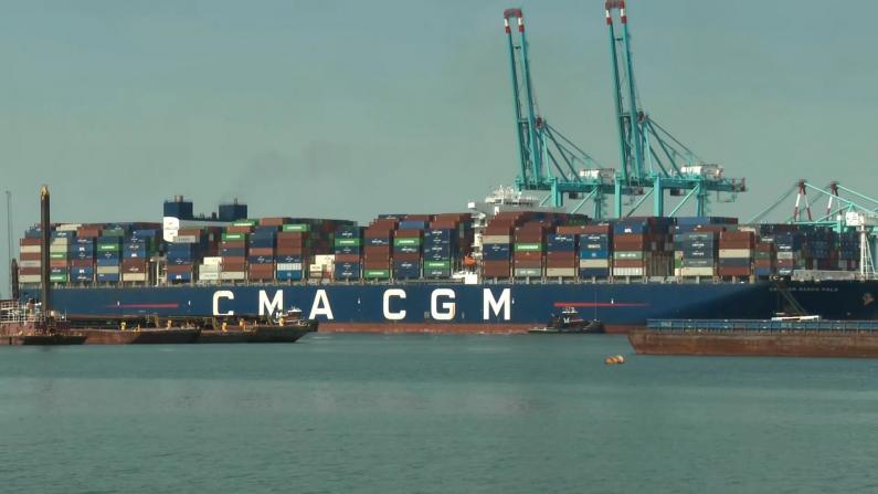 """贸易恢复了?纽约新泽西港口迎""""最大货轮"""" 堪比五条曼哈顿街道"""