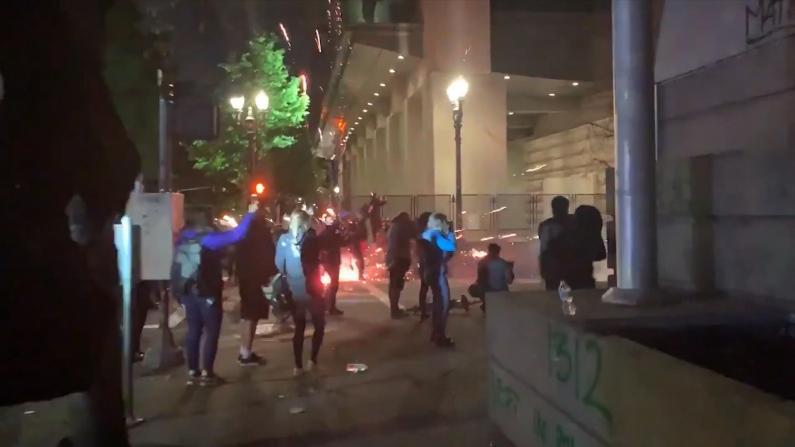 多地纪念弗洛伊德案一周年 波特兰游行再变暴乱