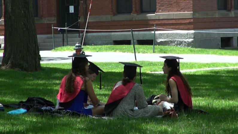 2021哈佛毕业日:毕业生校园观看线上典礼庆毕业