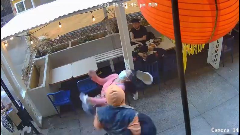 亚裔女纽约曼哈顿华埠遭袭 嫌犯无故迎面出拳