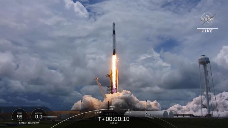 NASA成功发射SpaceX飞船 向国际空间站运数千磅物资