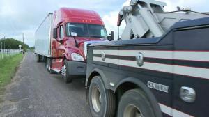 得州美墨边境再拦截人口走私货车 疑80人四散逃跑