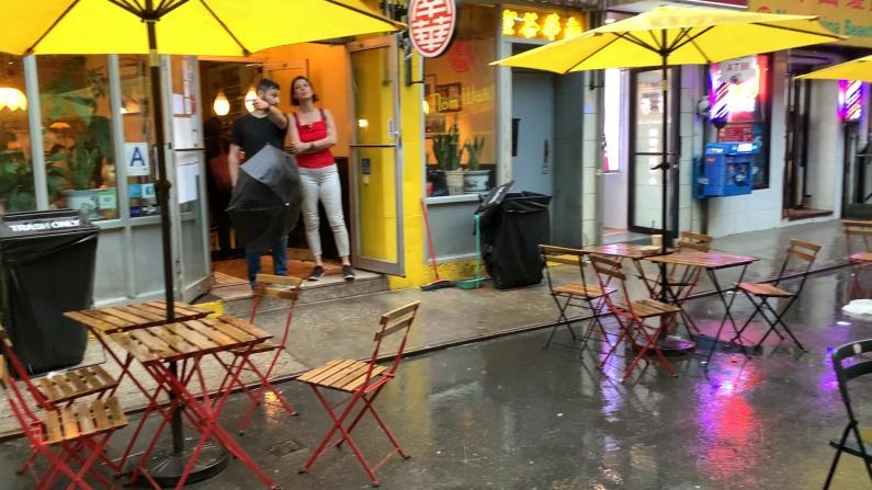 【现场】暴雨突袭纽约市 华埠户外用餐还好吗?