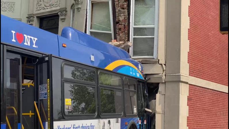【现场】纽约布鲁克林爆惊险车祸 巴士车头将住宅外墙撞裂
