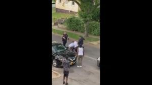 嫌犯被制服后又挨警察踢 目击者:令人震惊