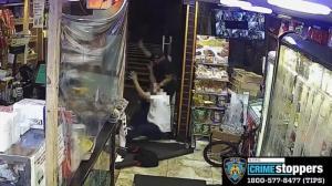 65岁店员遭拳打脚踢棍棒殴头 纽约曼哈顿华埠附近再发暴力劫案