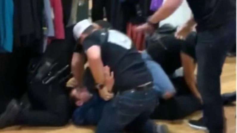 """遭怀疑盗窃 加州17岁少年竟被便衣警员暴揍到""""不能呼吸"""""""