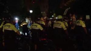 NYPD公布华盛顿广场公园清场执法录像:聚集者扔酒瓶拒捕