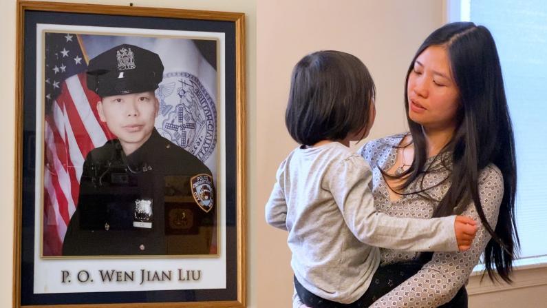"""""""安儿法案""""通过 殉职警官刘文健妻子激动落泪:望女儿继承父亲梦想"""