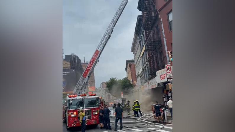 纽约曼哈顿华埠礼品店起火烟雾弥漫 大批消防医疗人员集结