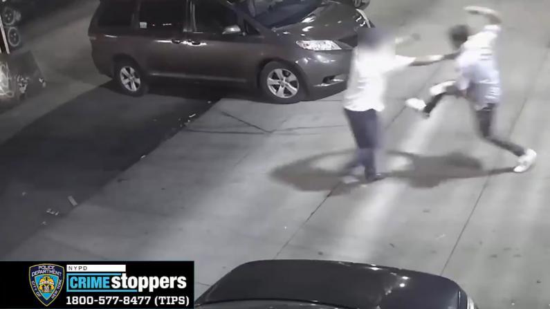 【现场】纽约皇后区袭击案 嫌犯持刀砍人并抢走拖鞋…