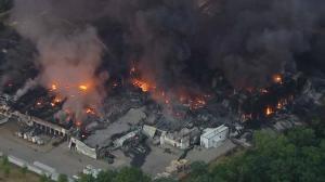 化工厂大火仍将燃烧数日 伊州发布紧急状态多部门密切监控