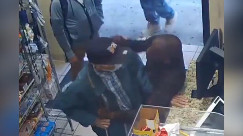 【现场】纽约曼哈顿82岁老人便利店买东西 竟遭挥拳相向…