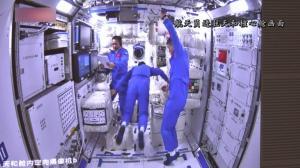 中国3名航天员在太空实施天地同步作息制度