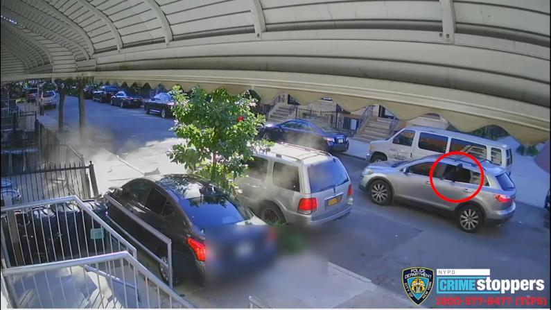 躲避围堵枪击 纽约布鲁克林男子把车开上人行道