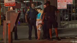 休斯敦警员深夜家中遭枪击妻女受伤 但警方只找到一条血迹…