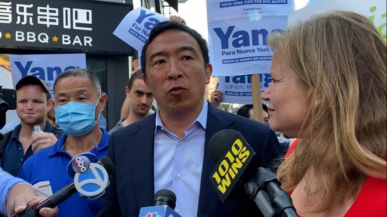 纽约市长参选人杨安泽、加西亚初选日前再访法拉盛 为拉票跳起广场舞