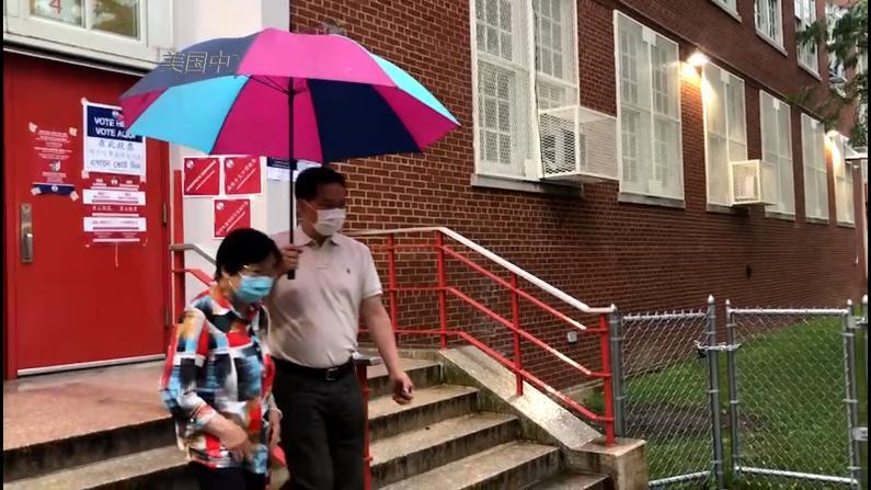 纽约民选官员雨中鼓励选民投票:大雨是暂时的 选举结果是长期的