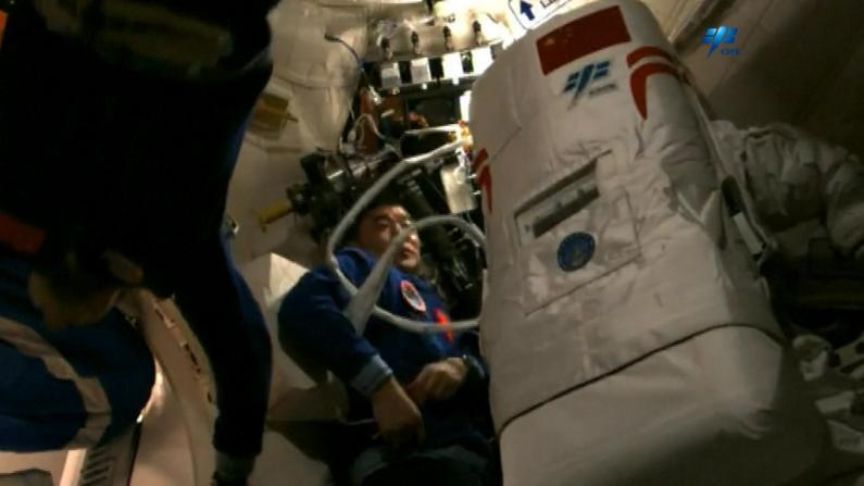 中国舱外航天服曝光 带红色条纹 支持出舱活动7-8小时