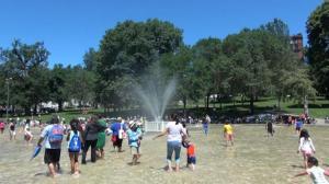 波士顿公共公园戏水设施全面重开 民众:很开心生活回归