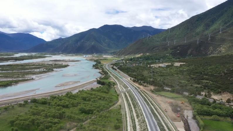"""西藏拉林铁路通车运营 """"有氧""""复兴号华丽现身"""