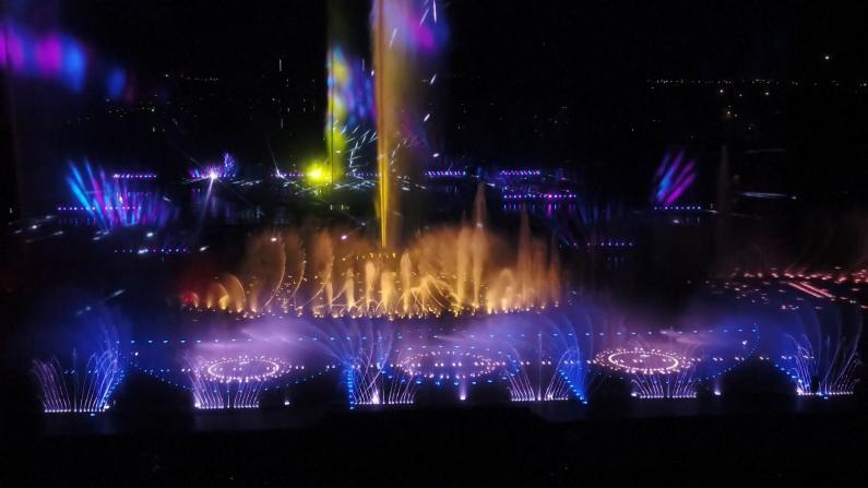 水秀湖炫彩喷泉、双子塔梦幻光影…灯光秀扮靓沈阳成都夜空