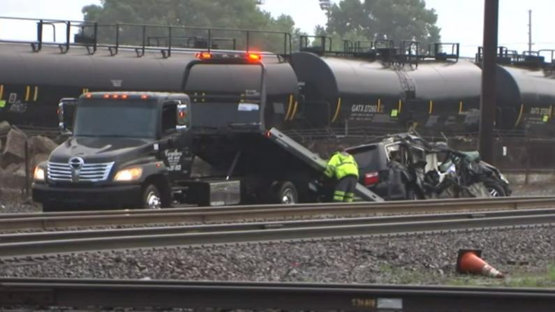印州诡异车祸 火车撞上minivan 3死3伤