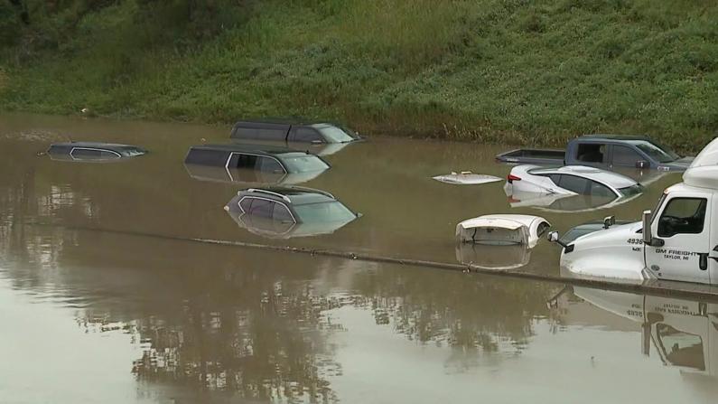 底特律洪水淹没房屋车辆 民众死里逃生:猝不及防