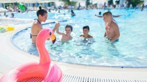 纽约周末再迎高温 室外泳池开放 防暑降温好去处