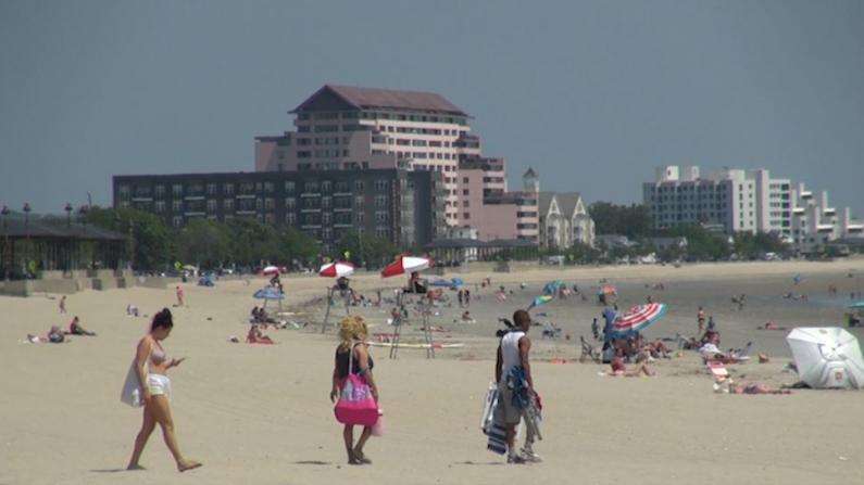 高温破百 波士顿人海滩避暑