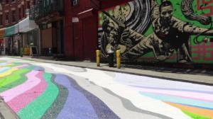 彩色梯田装点纽约华埠 游人驻足惊叹太美了!